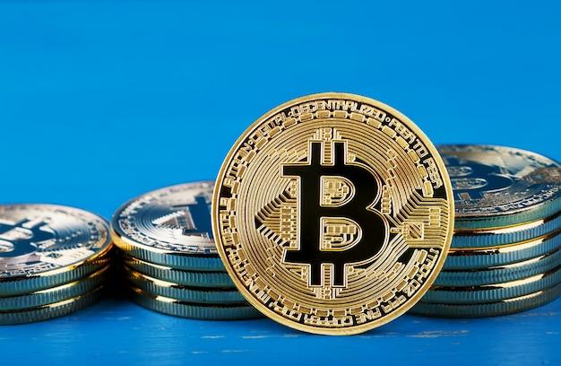 Złote bitcoiny przeciwko rosnącym stosom bitcoinów