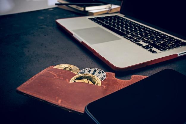 Złote bitcoiny, telefon, klawiatura