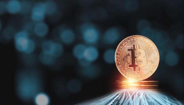Złote bitcoiny układanie na niebieskim tle bokeh. koncepcja wymiany walut blockchain i kryptowaluty cyfrowe.