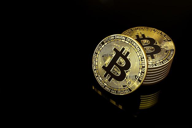 Złote bitcoiny w ciemności