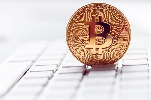 Złote bitcoiny w klawiaturze laptopa