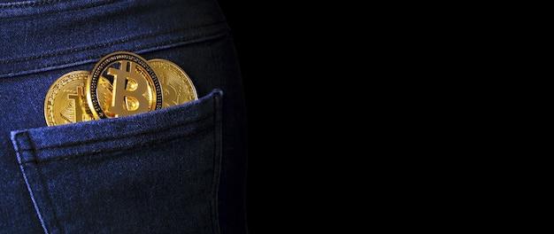 Złote bitcoiny w tylnej kieszeni dżinsów,