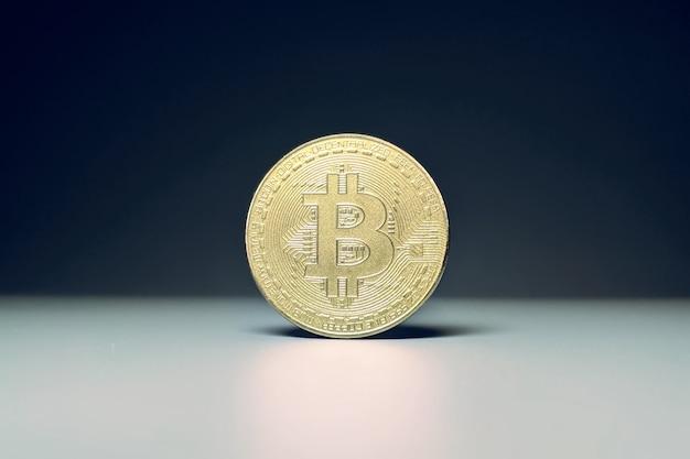 Złote bitcoiny z wykresem wykresu świecowego i cyfrowym tłem. złota moneta z literą ikony b. technologia górnicza lub blockchain