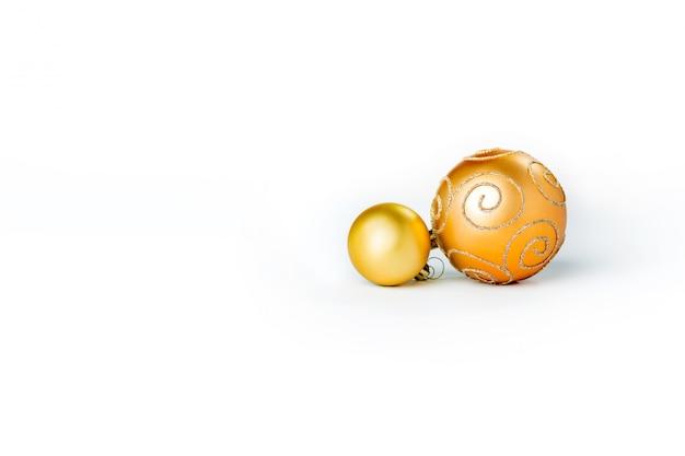 Złote bombki na białym tle