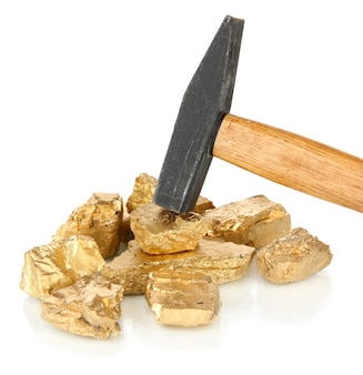 Złote bryłki z hummerem na białym tle