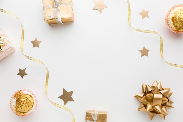 Złote dekoracje leżały płasko