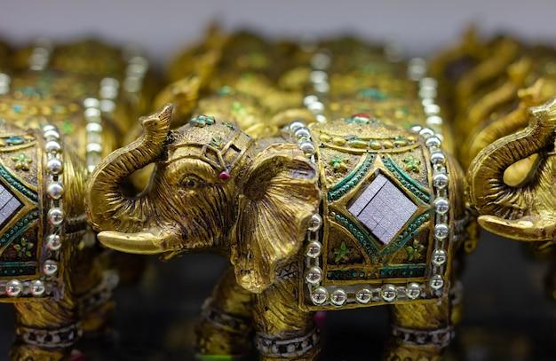 Złote figurki słonia z podniesionym tułowiem