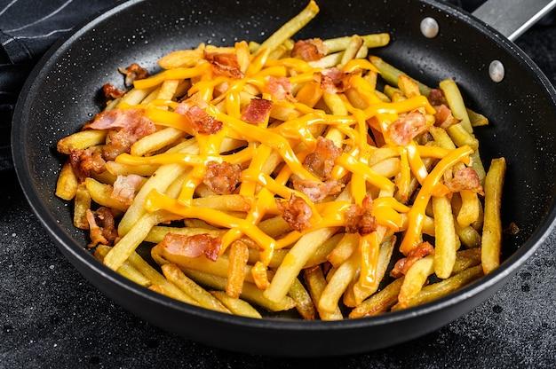 Złote frytki smażone na patelni z serem cheddar i boczkiem