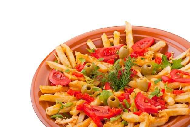 Złote frytki ziemniaki z pomidorami i oliwą na białym tle