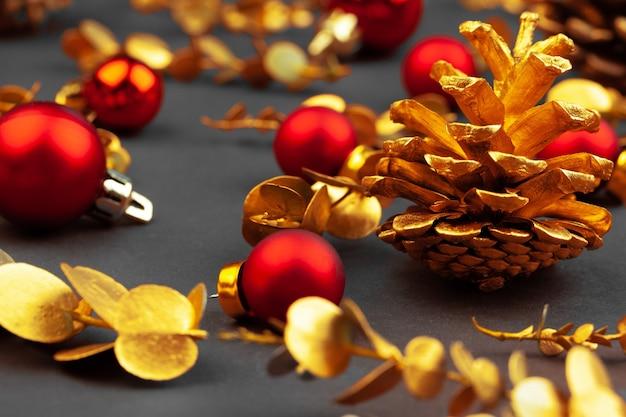 Złote gałęzie i złote szyszki świąteczne dekoracje