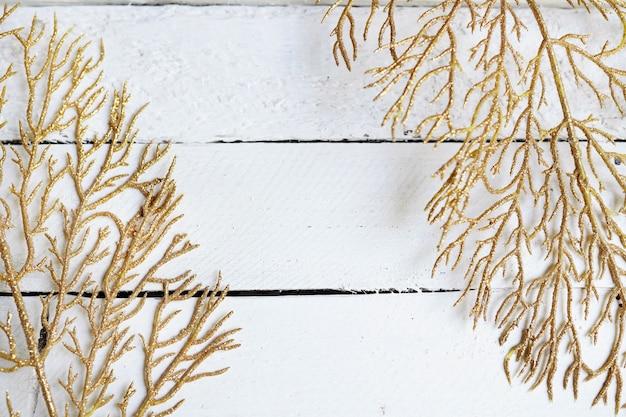 Złote gałęzie, żółte liście na białym drewnie