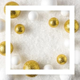 Złote i białe ozdoby z brokatu w śniegu
