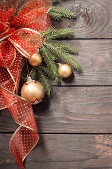 Złote i czerwone ozdoby świąteczne na ciemnym drewnianym