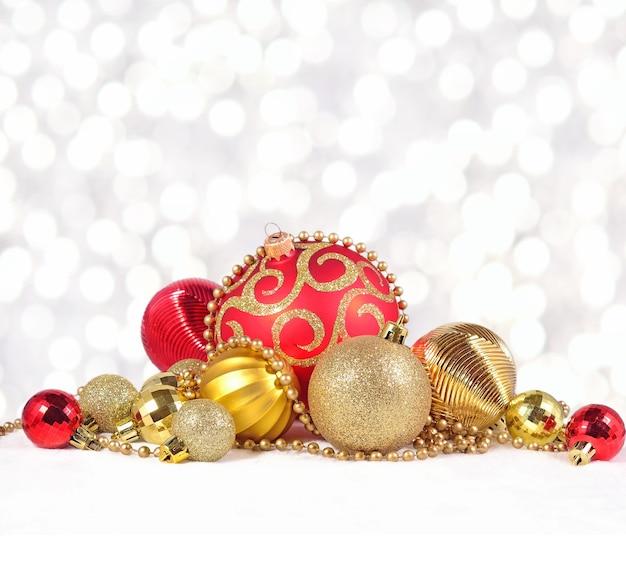 Złote i czerwone ozdoby świąteczne na tle bokeh