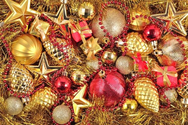 Złote i czerwone ozdoby świąteczne na tło