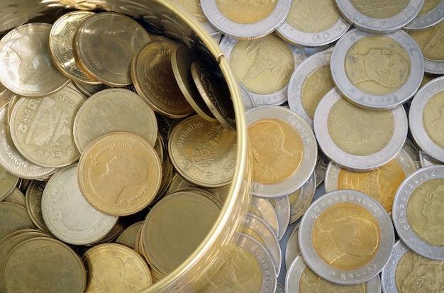 Złote i srebrne monety jeden baht w widoku z góry