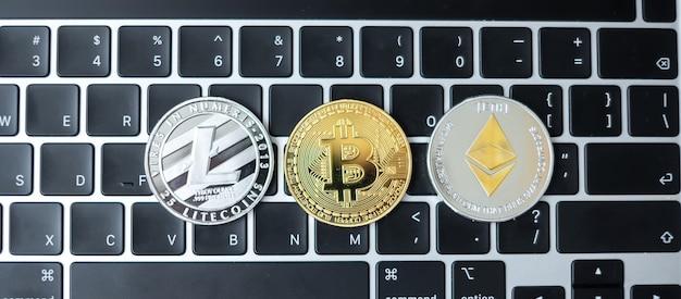 Złote i srebrne monety kryptowalut na klawiaturze