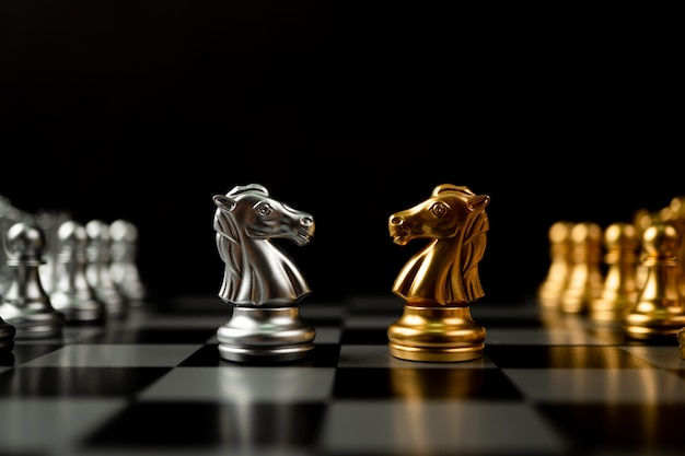 Złote i srebrne szachy końskie