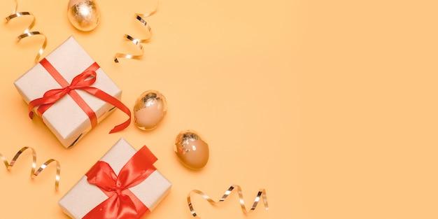 Złote jajka, pudełka na prezenty i złote serpentyny