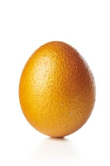Złote jajko na białym tle