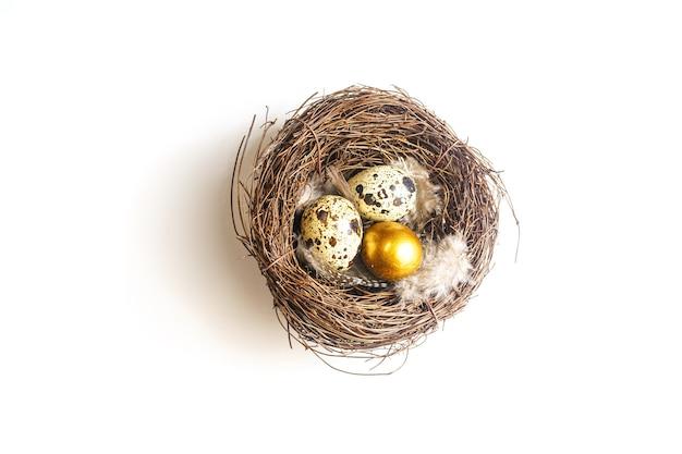 Złote jajko w ptasim gnieździe. koncepcja sukcesu wielkanocnego i finansowego