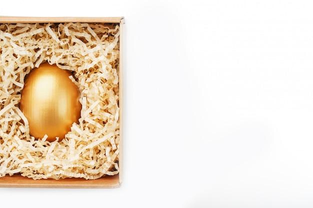 Złote jajko w pudełkowej koncepcji wyłączności, najlepszego wyboru, nagrody, specjalnej niespodzianki, drogiego prezentu. pojęcie minimalizmu.