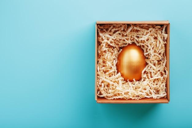 Złote jajko w pudełku koncepcja wyłączności, najlepszego wyboru, nagrody, specjalnej niespodzianki, drogiego prezentu.