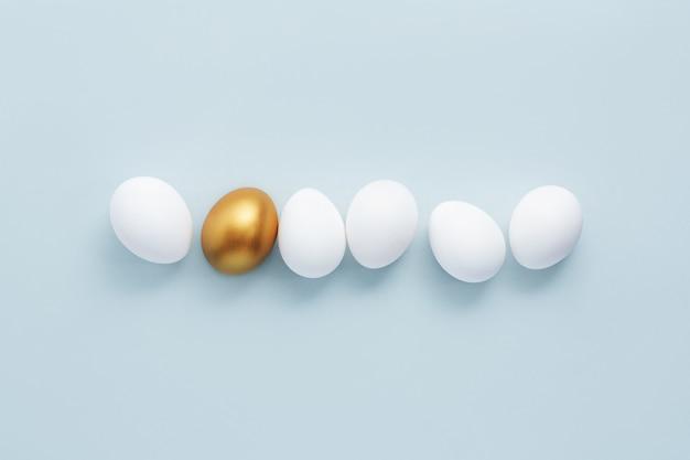 Złote jajko z białymi jajkami