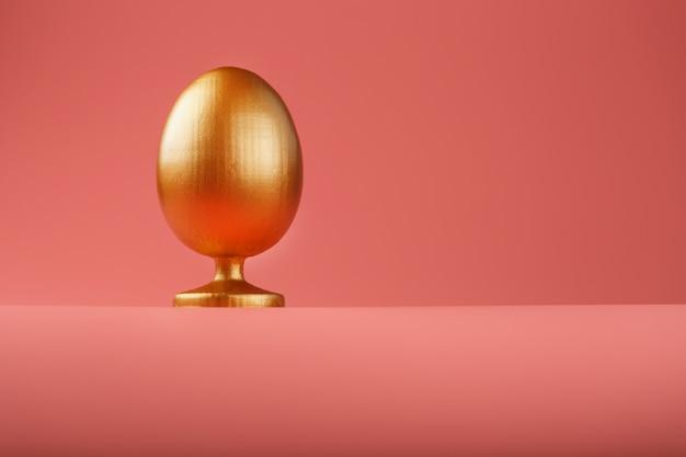 Złote jajko z minimalistyczną koncepcją. miejsce na tekst. szablony projektów pisanek. stylowy wystrój z minimalną koncepcją.