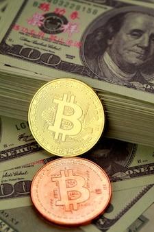 Złote kolory symbol monety kryptowaluty na stos banknotów dolara. pomysł na blockchain, nowy rodzaj pieniądza w gospodarce świata biznesu.