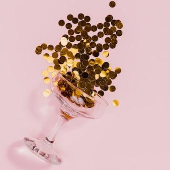 Złote konfetti na różowym tle