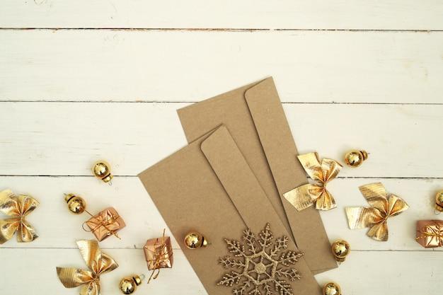 Złote koperty i dekoracje