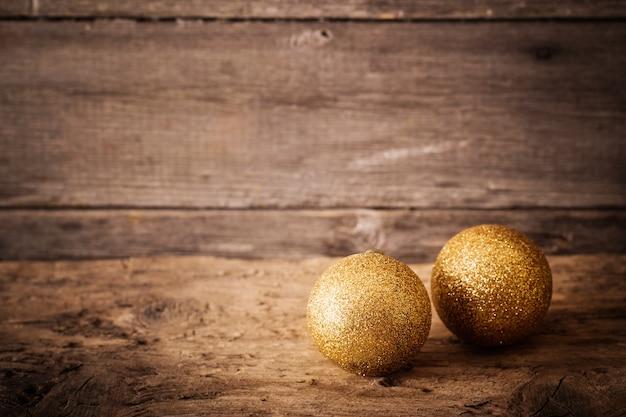 Złote kule na podłoże drewniane