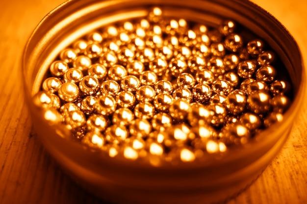 Złote kulki w tle bokeh płyty