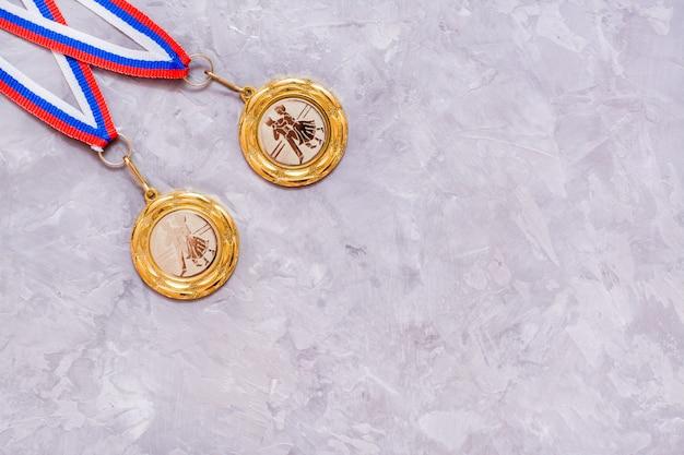 Złote medale na szarym tle