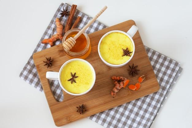 Złote mleko kurkumowe z cynamonem i innymi aromatycznymi przyprawami