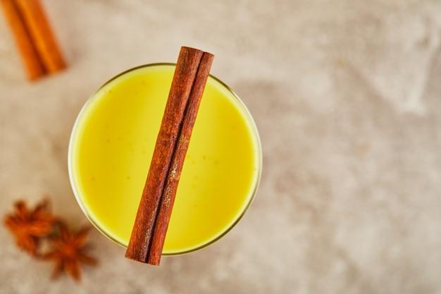 Złote mleko z kurkumą, cynamonem, kurkumą i anyżem