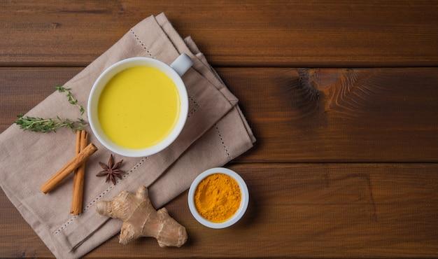 Złote mleko z kurkumą i cynamonem. dieta, zdrowy i detoksykacyjny napój. modny napój. widok z góry