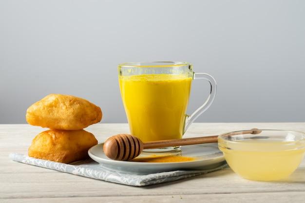 Złote mleko z kurkumą i miodem, tradycyjny napój indyjski