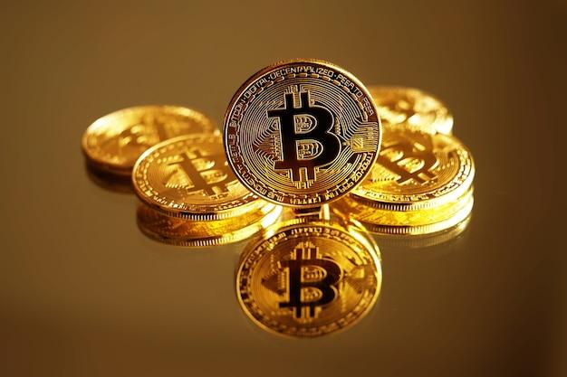 Złote monety bitcoin. koncepcja kryptowaluty.