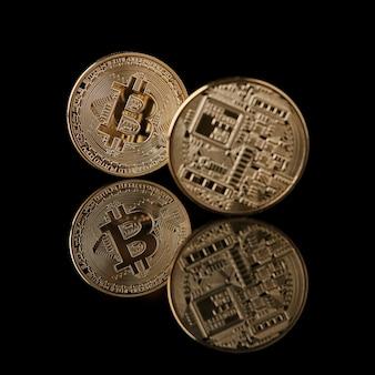 Złote monety bitcoin z twarzy iz powrotem na białym tle. koncepcyjne obraz na rynku kryptowalut