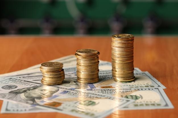 Złote monety dolarów pieniądze na stole