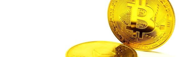 Złote monety kryptowalut bitcoin ethereum litecoin na białym tle wirtualne pieniądze