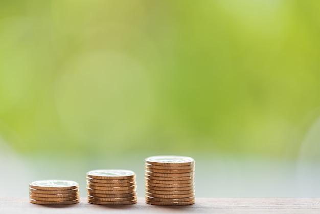 Złote monety na drewnianym stole, oszczędzając pojęcie pieniędzy