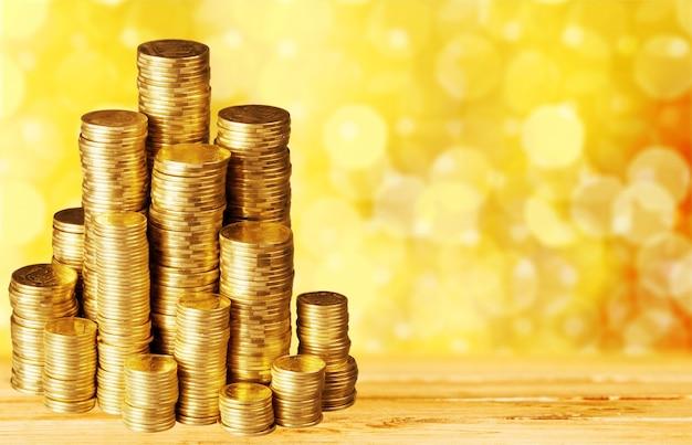Złote monety stosy na tle