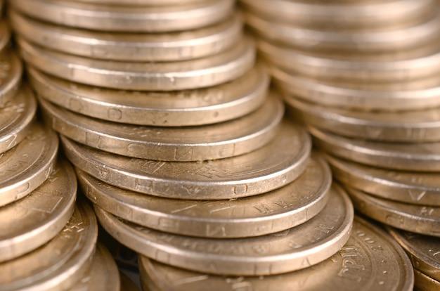 Złote monety ułożone z bliska