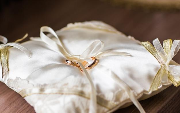 Złote obrączki ślubne. biżuteria i akcesoria ślubne