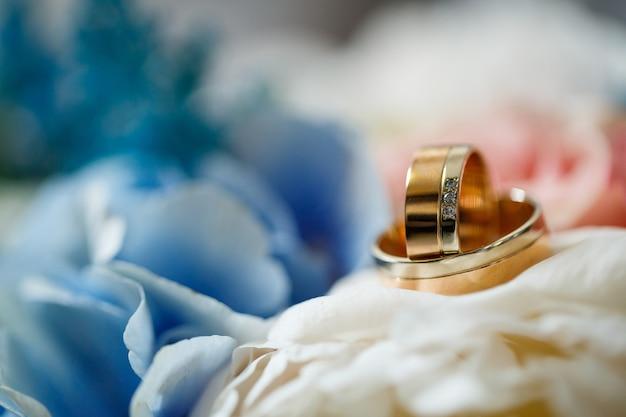 Złote obrączki ślubne dla nowożeńców w dniu ślubu