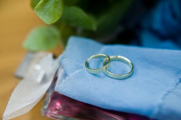 Złote obrączki ślubne dla pary młodej.