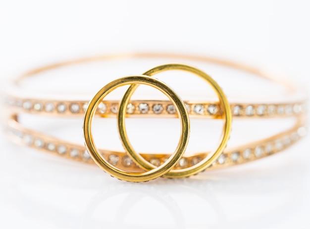Złote obrączki ślubne na bielu